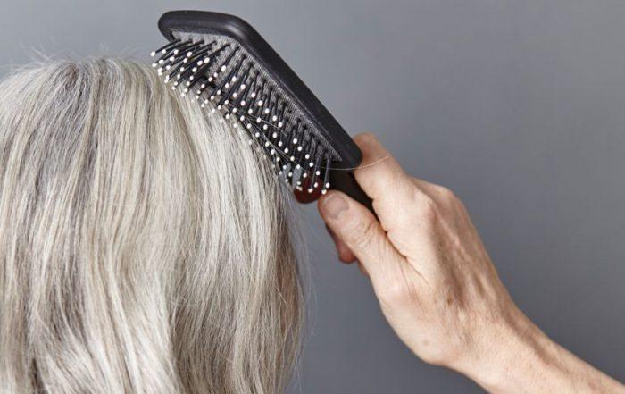 Valt je haar uit of heb je niet meer zo'n volle bos? Dat kan komen door het ouder worden, maar ook door een ziekte of verkeerde voeding. Dermatoloog in opleiding Tristan van Dongen vertelt wat je kunt doen om je haar in optima forma te houden.